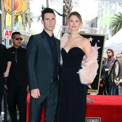 Adam Levine posando muy feliz junto a su mujer Behati Prinsloo en el Paseo de la Fama
