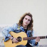 Manel Navarro tocando la guitarra