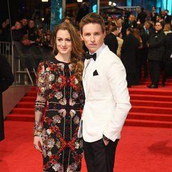 Eddie Redmayne y Hannah Bagshawe en la alfombra roja de los Premios Bafta 2017