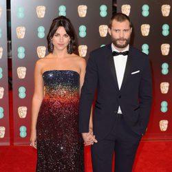 Jamie Dornan y Amelia Warner en la alfombra roja de los Premios Bafta 2017