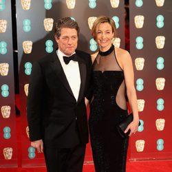 Hugh Grant y  Anna Elisabet Eberstein en la alfombra roja de los Premios Bafta 2017