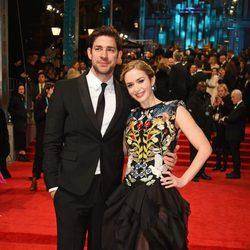 John Krasinski y Emily Blunt en la alfombra roja de los Premios Bafta 2017