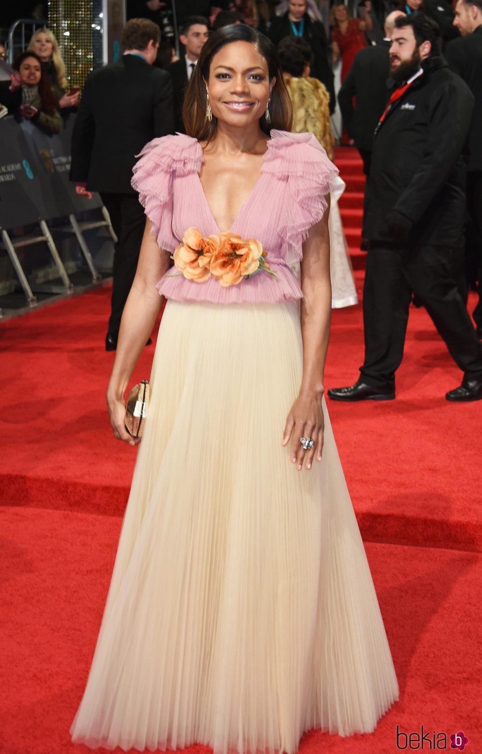 Naomie Harris en la alfombra roja de los Premios Bafta 2017