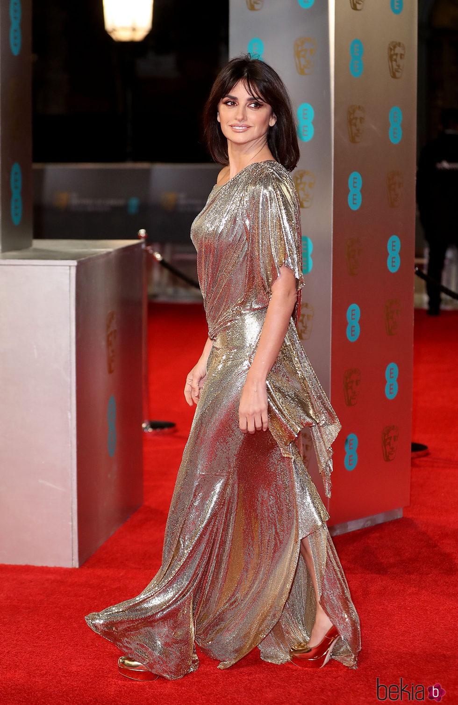 Penélope Cruz llegando a la alfombra roja de los Premios Bafta 2017