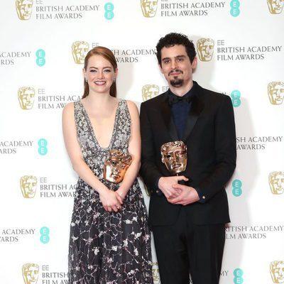 Damien Chazelle y Emma Stone con sus galardones de los Premios Bafta 2017