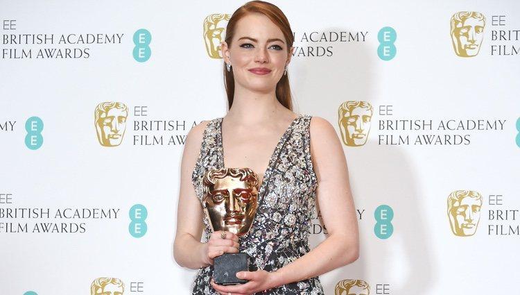 Emma Stone con su galardón de los Premios Bafta 2017