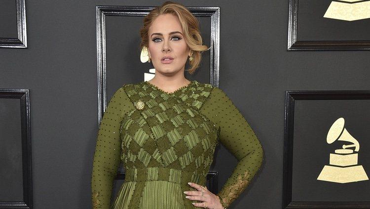 Adele luciendo un espectacular vestido verde en los Premios Grammy 2017