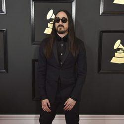 El DJ Steve Aoki en la alfombra roja de los Premios Grammy 2017