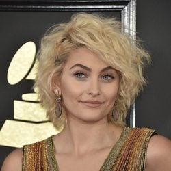 Paris Jackson en la alfombra roja de los Premios Grammy 2017