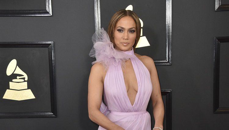 Jennifer Lopez en la alfombra roja de los Premios Grammy 2017