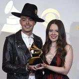 Jesse & Joy con su premio en los Premios Grammy 2017