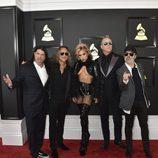 Lady Gaga y el grupo Metallica en la alfombra roja de los Premios Grammy 2017
