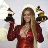 Beyoncé con sus dos premios Grammy 2017