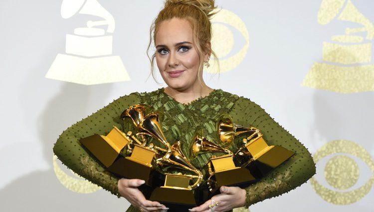 Adele con sus cinco trofeos en los Premios Grammy 2017