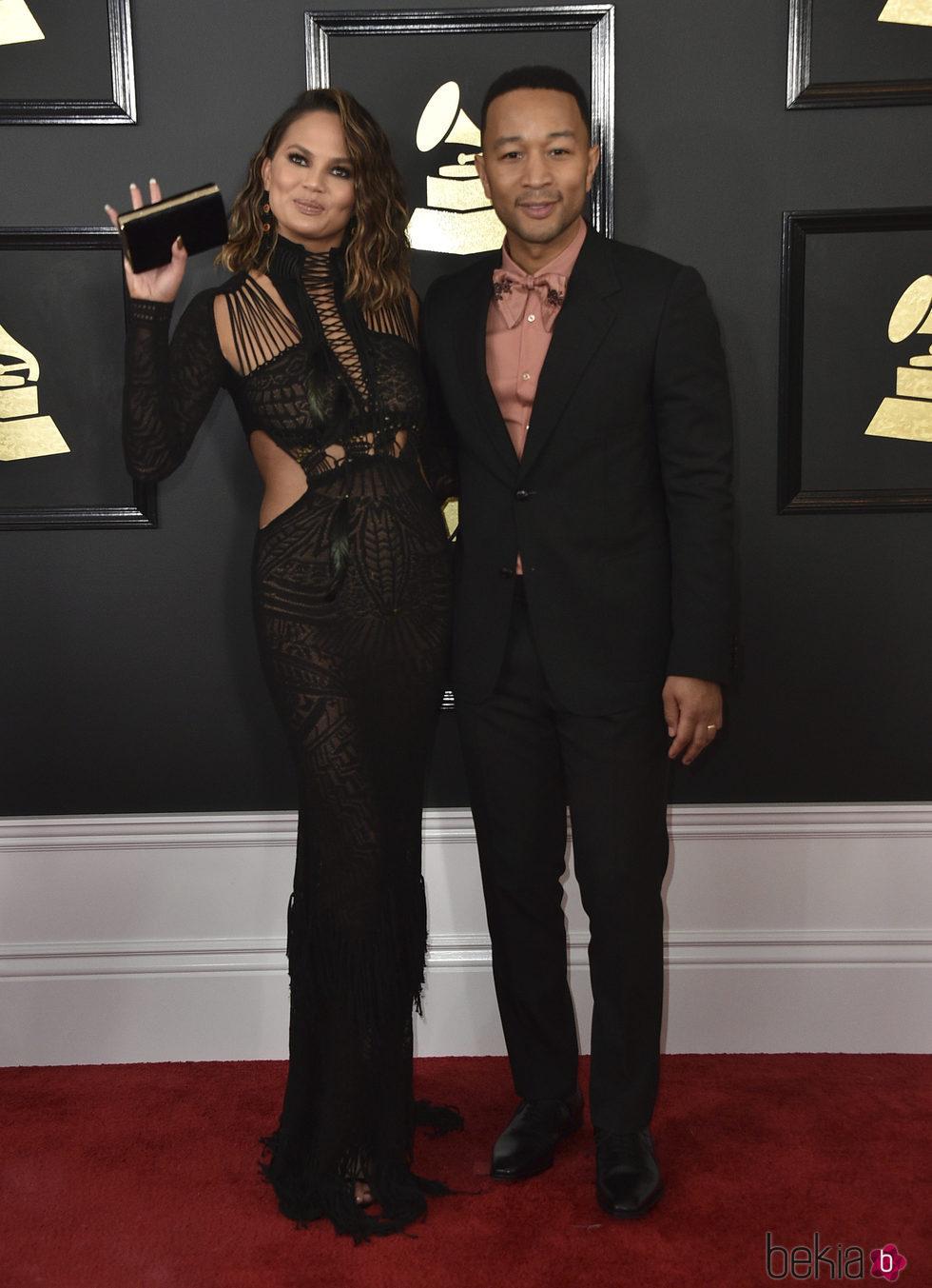 John Legend y Chrissy Teigen en la alfombra roja de los Premios Grammy 2017