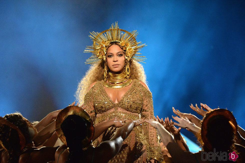 Beyoncé actuando en los Premios Grammy 2017