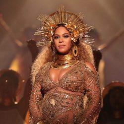 Beyoncé luciendo embarazo en su actuación en los Premios Grammy 2017