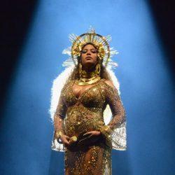Beyoncé mostrando su abultada barriguita en los Premios Grammy 2017