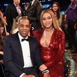 Beyoncé posando junto a Jay Z en los Premios Grammy 2017