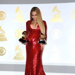 Beyoncé dedicando sus dos premios a sus dos futuros bebés en los Grammy 2017
