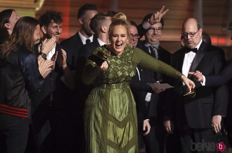 Adele muy emocionada con uno de sus Premios Grammy 2017