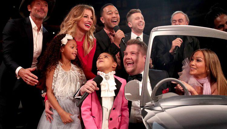 Blue Ivy divirtiéndose con James Corden y otros artistas en los Grammy 2017
