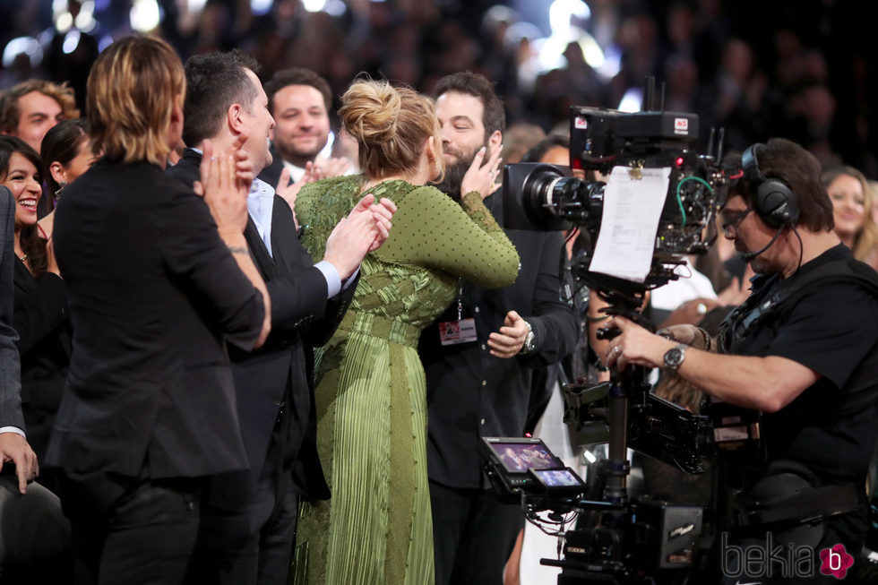 Adele besando a su marido Simon Konecki durante los Premios Grammy 2017