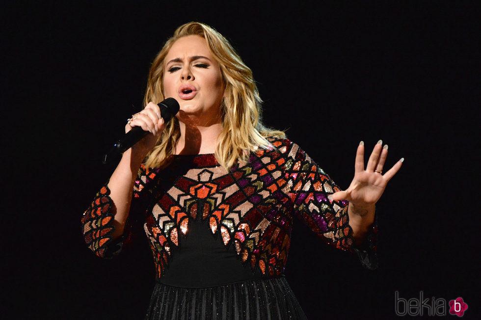Adele actuando en los Premios Grammy 2017