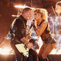 Lady Gaga realizando un dueto con Metallica en los Premios Grammy 2017