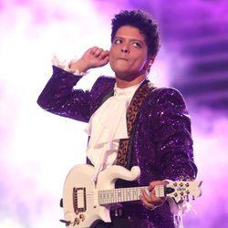 Bruno Mars rindiendo homenaje a Prince en los Premios Grammy 2017