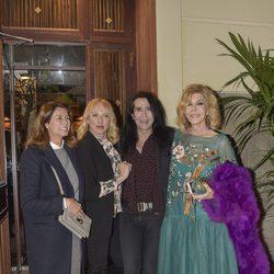 Bibiana Fernández con Ana García-Siñeriz, Topacio Fresh y Mario Vaquerizo en la fiesta de su 63 cumpleaños
