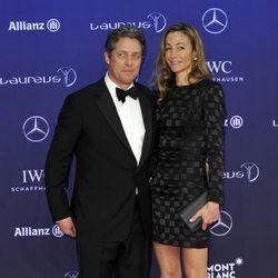 Hugh Grant y Anna Eberstein en los Premios Laureus 2017