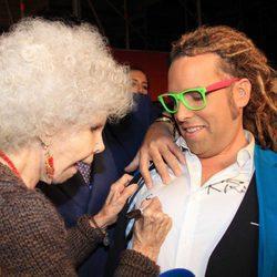 La Duquesa de Alba firma un autógrafo a Torito en la camisa