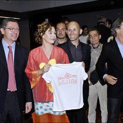Alberto Ruiz Gallardón y Ágatha Ruiz de la Prada con otras personas en un evento