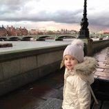 Leonor de Suecia junto al río Támesis durante un paseo por Londres
