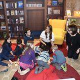 Magdalena de Suecia con unos niños en su primer acto oficial en Londres