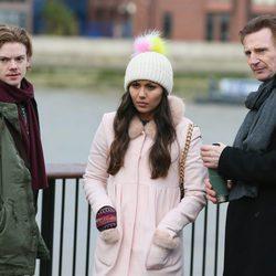 Liam Neeson con Thomas Brodie Sangster y Olivia Olson en el set de rodaje de 'Love Actually 2'