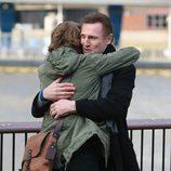 El fuerte abrazo de Thomas Brodie Sangster y Liam Neeson en el set de rodaje de 'Love Actually 2'