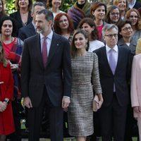 Lo Reyes Felipe y Letizia en un acto oficial junto a otras personalidades en el Museo Thyssen