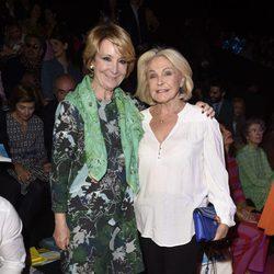 Beatriz de Orleans y Esperanza Aguirre en el front row del desfile de Ágatha Ruiz de la Prada en Madrid Fashion Week otoño/invierno 2017/2018