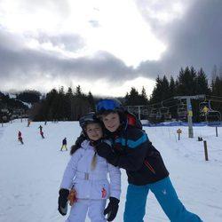 Cruz Beckham posando en la nieve con su hermana Harper Beckham