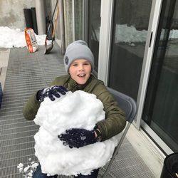Cruz Beckham jugando con la nieve en Canadá