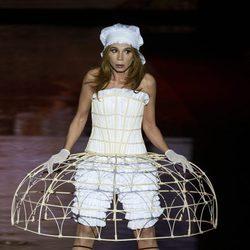 Victoria Abril desfilando para Andrés Sardá en Madrid Fashion Week otoño/invierno 2017/2018