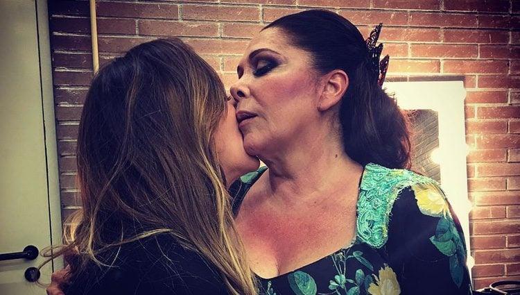 Anabel Pantoja abranzado a su tía Isabel Pantoja tras su concierto de Barcelona