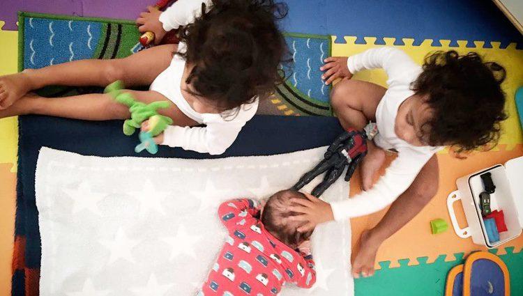 Zoe Saldaña y Marco Perego anuncian el nacimiento de su tercer hijo con una foto de sus bebés