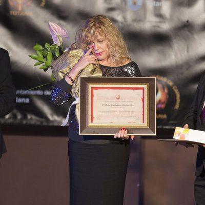 Bárbara Rey, emocionada al recibir el 'Premio Máscara de Oro 2017' en Totana, su pueblo natal