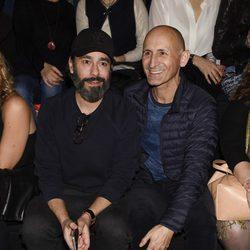 Juanjo Oliva y Modesto Lomba en el desfile de la firma Juana Martín en la Madrid Fashion Week 2017/2018