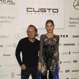 Custo Barcelona y Carla Pereyra en el desfile de la firma en la Madrid Fashion Week 2017/2018