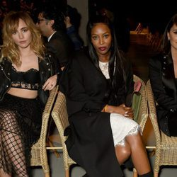 Suki, Naomi Campbell y Penélope Cruz en el desfile de Burberry en London Fashion Week 2017/2018