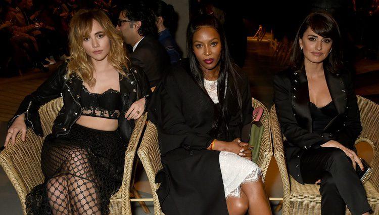 Suki, Naomi Campbell y Penélope Cruz en el desfile de Burberry en London Fashion Week 2017/2018